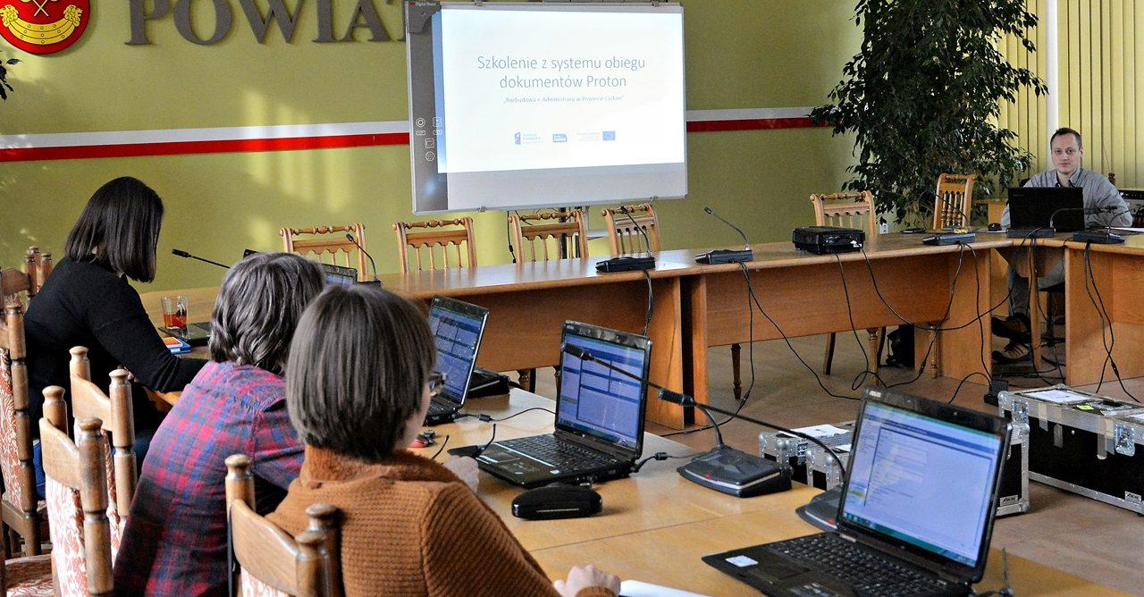 artykuł  Rozbudowa e-administracji: szkolenia dla pracowników