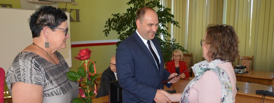 artykuł  Dzień Edukacji Narodowej. Piotr Wołosz wręczył nagrody Starosty Łaskiego.