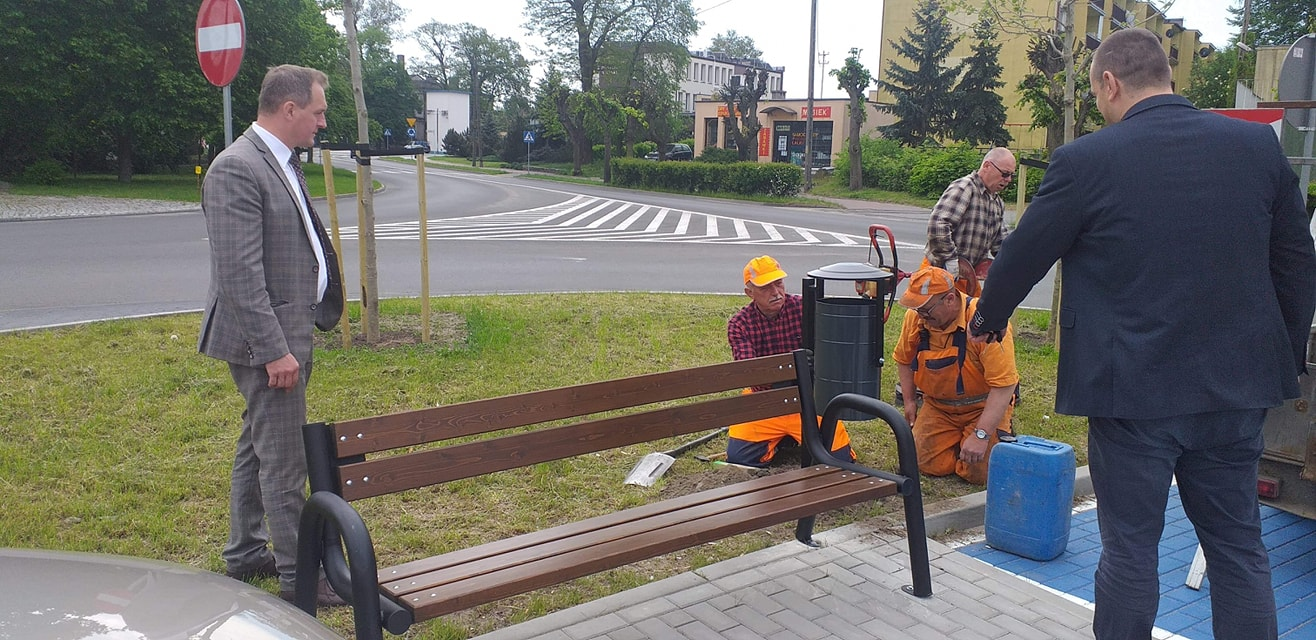 Ławki parkowe i kosze przy drogach powiatowych.