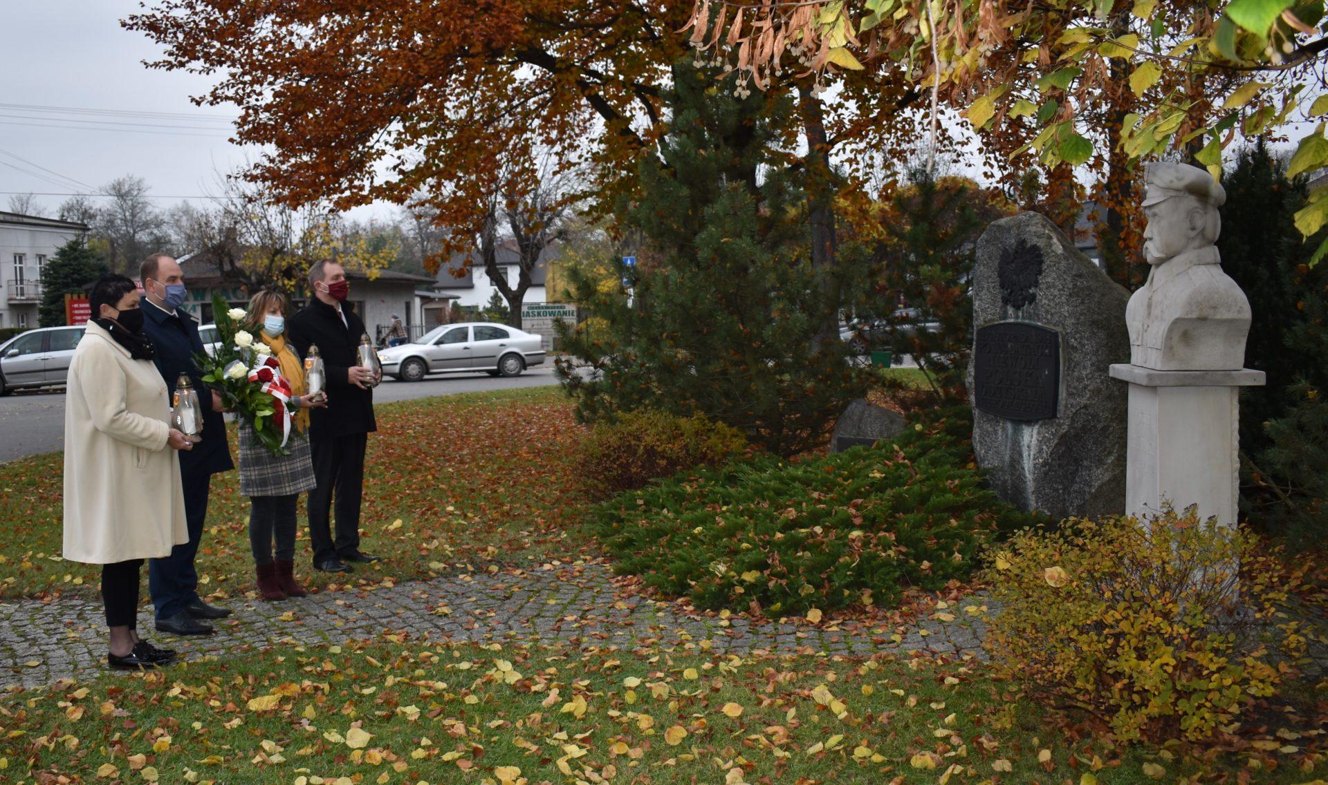 Zarząd Powiatu Łaskiego uczcił 102 rocznicę odzyskania niepodległości.