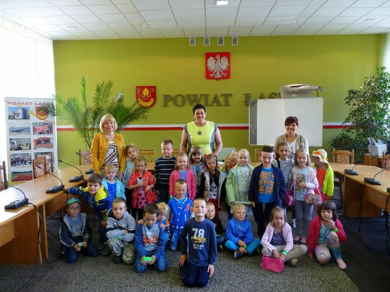 Dzieci ze Szkoły Podstawowej w Wiewiórczynie w Starostwie
