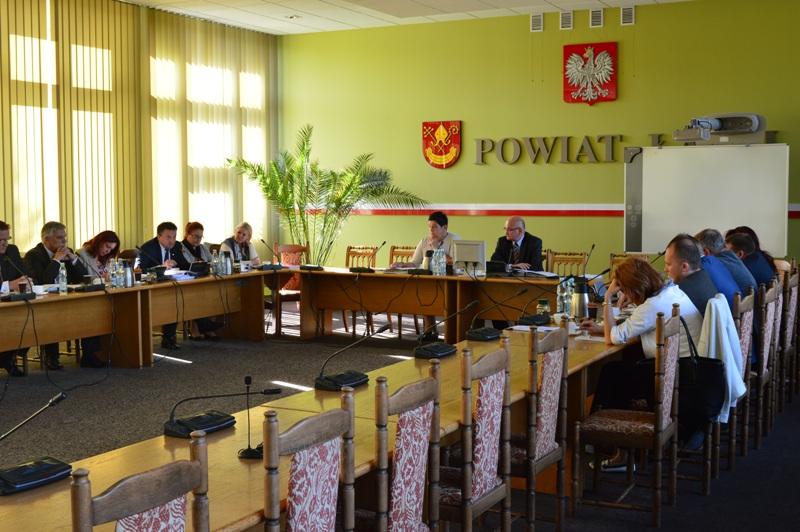 Sesja Rady Powiatu z przyjaznym urzędem w tle