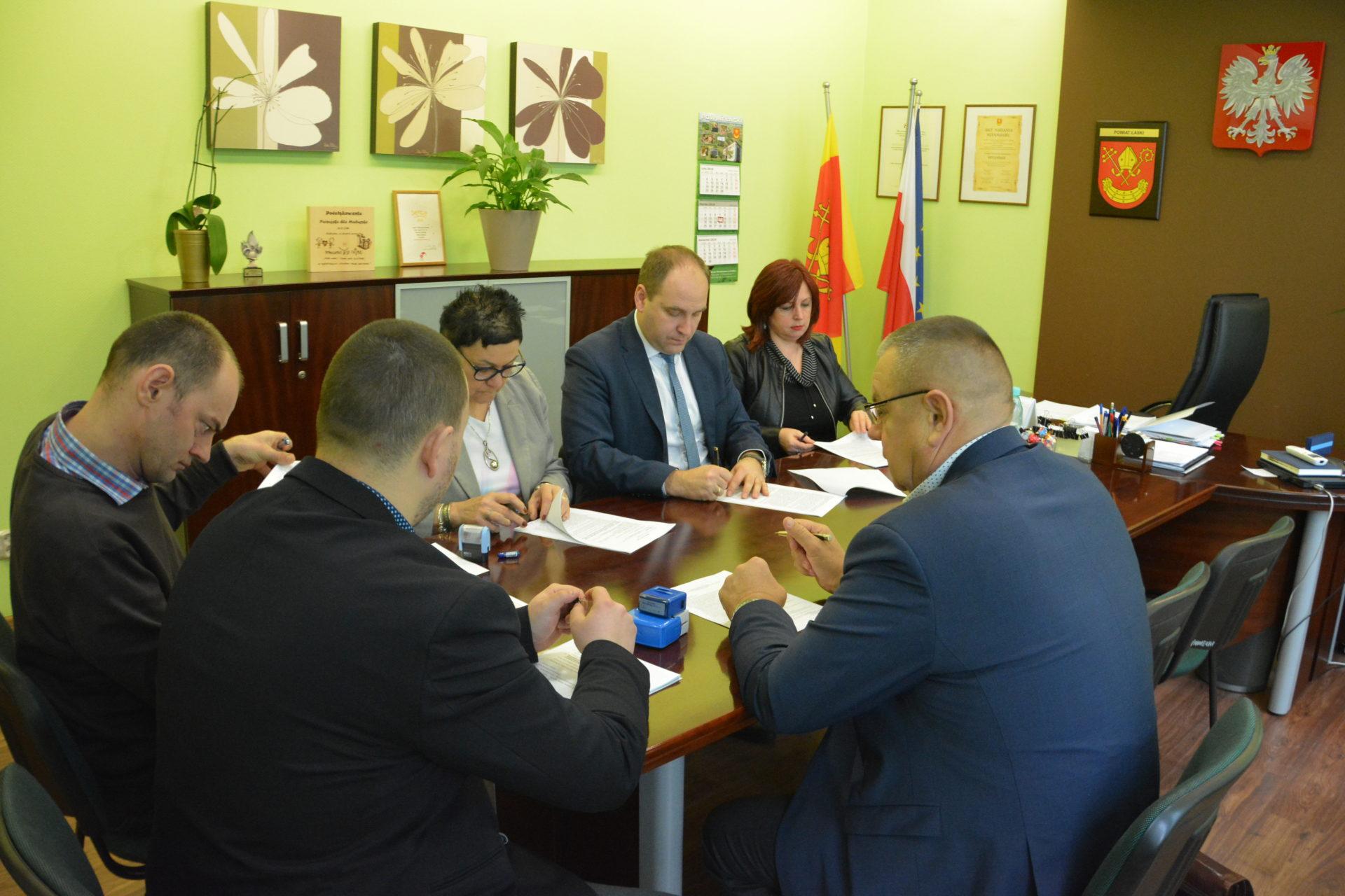 Powiat Łaski podpisał umowę na przebudowę ponad kilometrowego odcinka drogi powiatowej Nr 2310E Widawa-Zawady