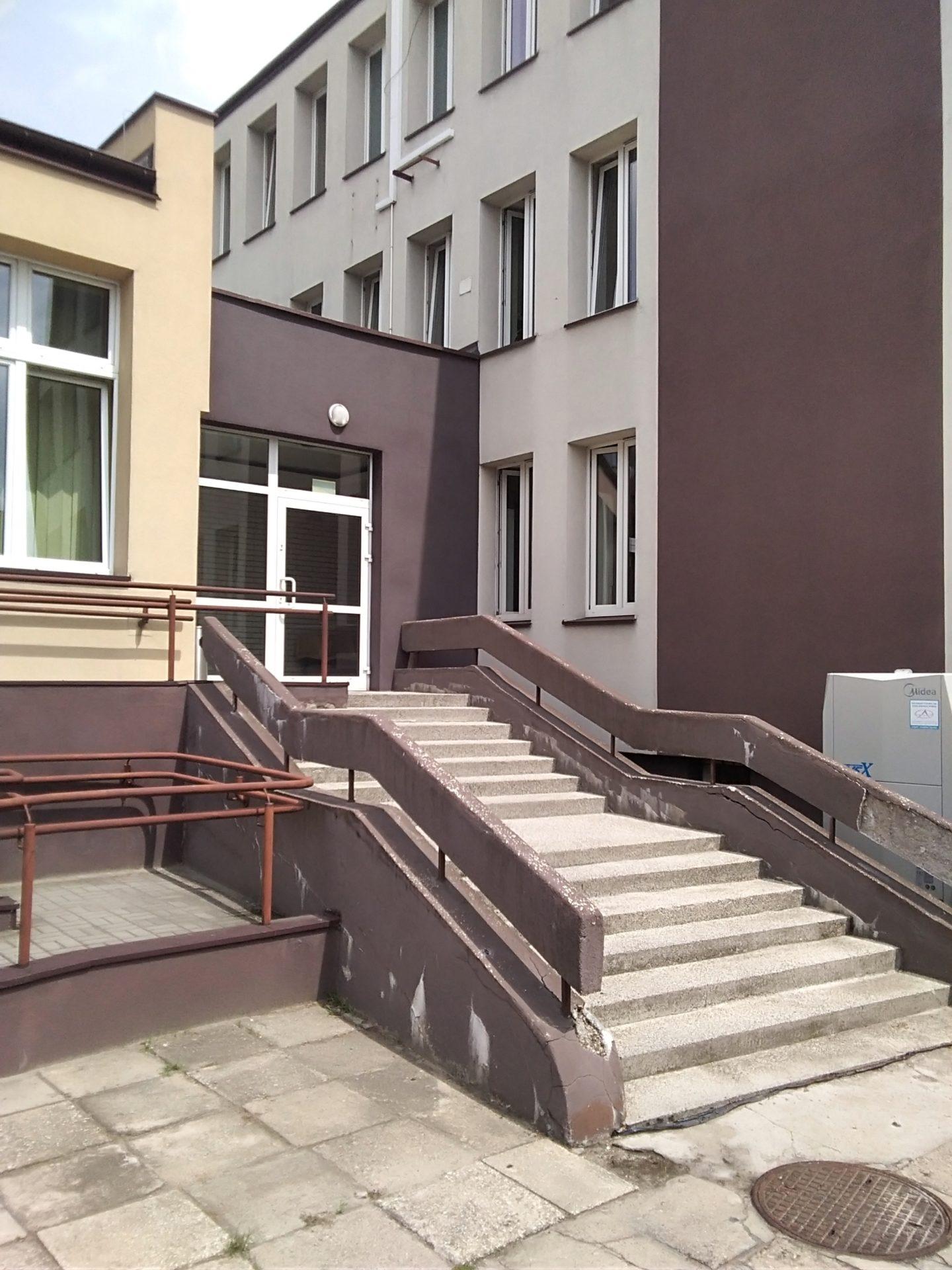 Wejście do Starostwa od strony parkingu