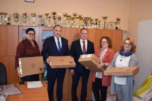 Nowe laptopy trafiły do szkół średnich z terenu powiatu łaskiego.