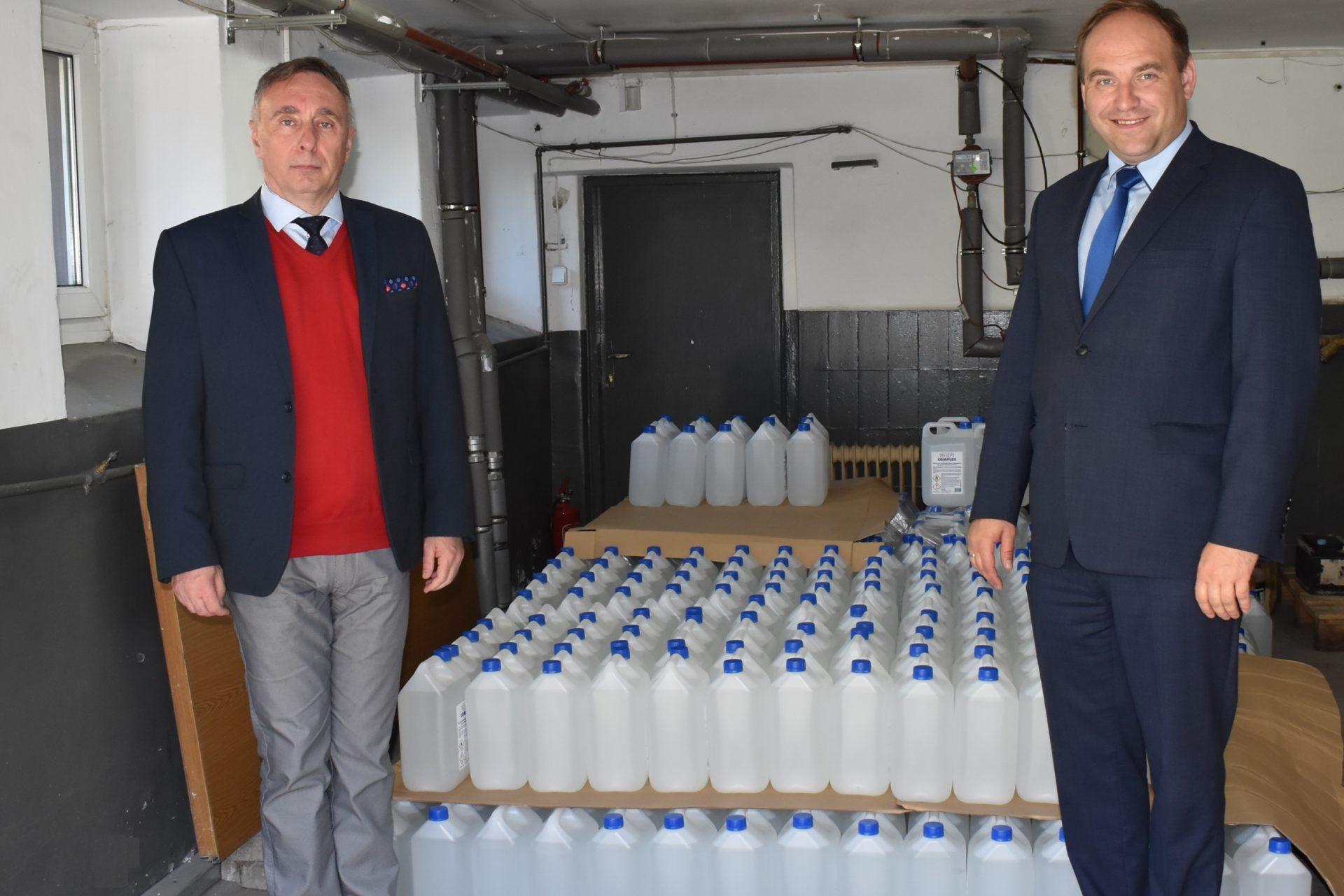 Starostwo Powiatowe dostarczyło gminom oraz instytucjom płyn do dezynfekcji powierzchni.